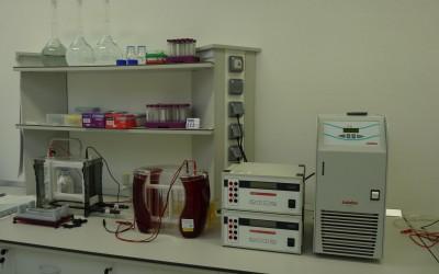Vertikálna sekvenačná elektroforéza s elektrickým zdrojom napätia pre elektroforézu